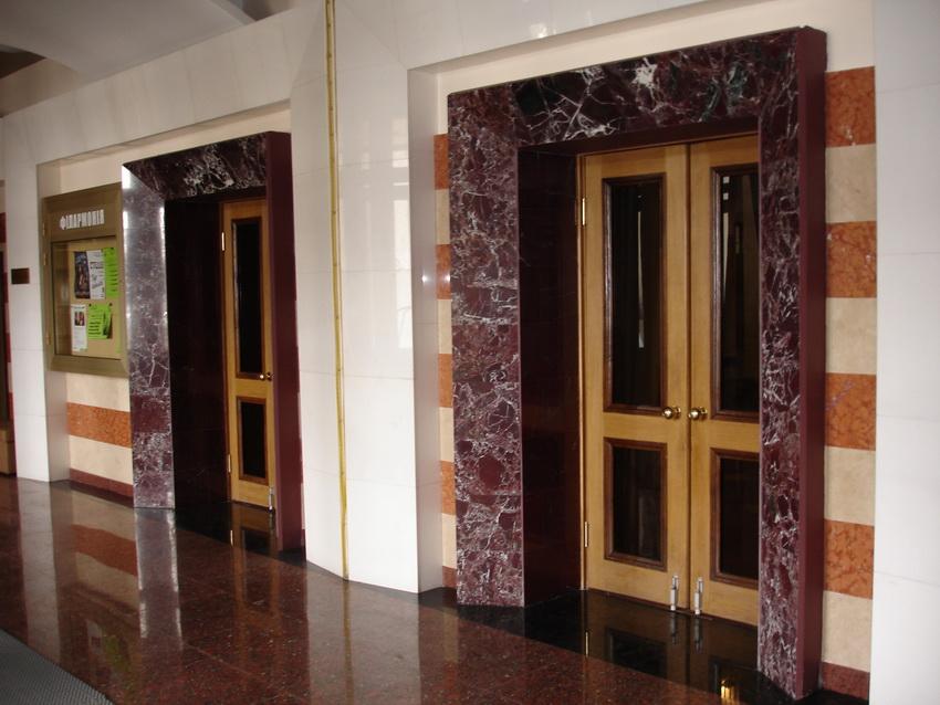 отделка двери из красного мрамора