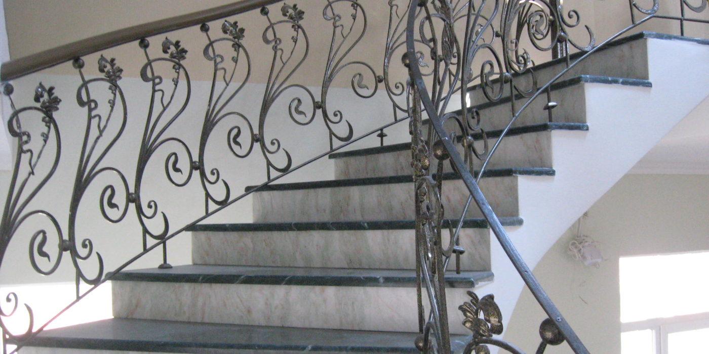 мраморные лестницы с коваными перилами